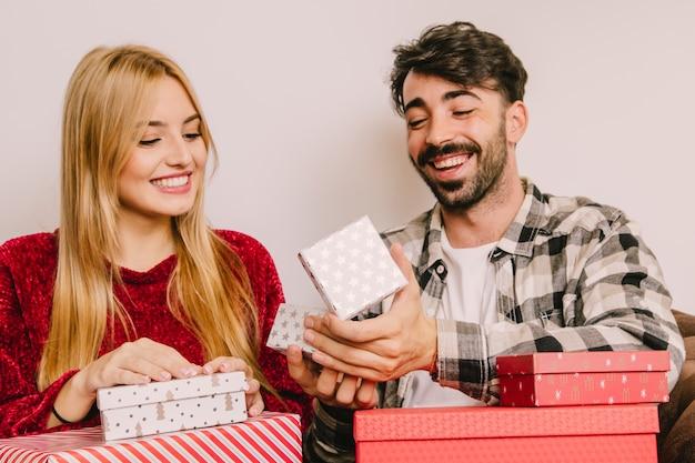 友好的なカップルと贈り物の概念