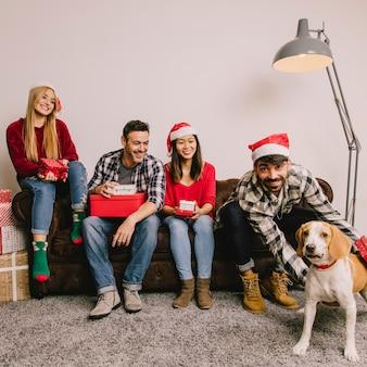 Концепция рождественского подарка с четырьмя друзьями и собакой