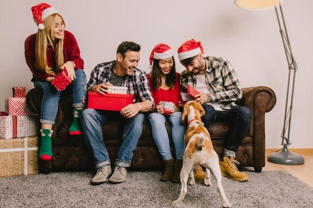 Рождественский подарок концепции с группой из четырех друзей и собак
