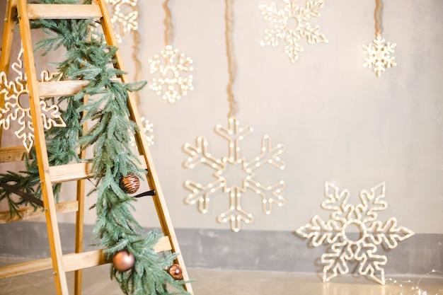 Новогоднее украшение на лестнице