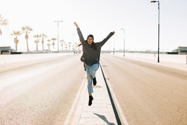 街中でジャンプする女性