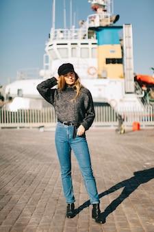 Молодая женщина перед кораблем