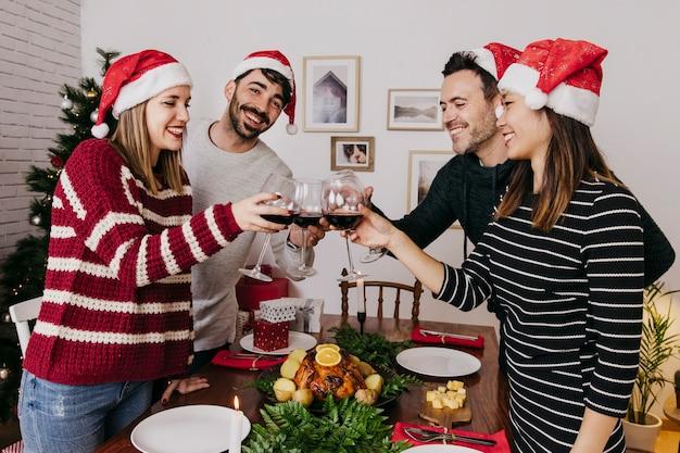 Четыре друга на рождественском ужине