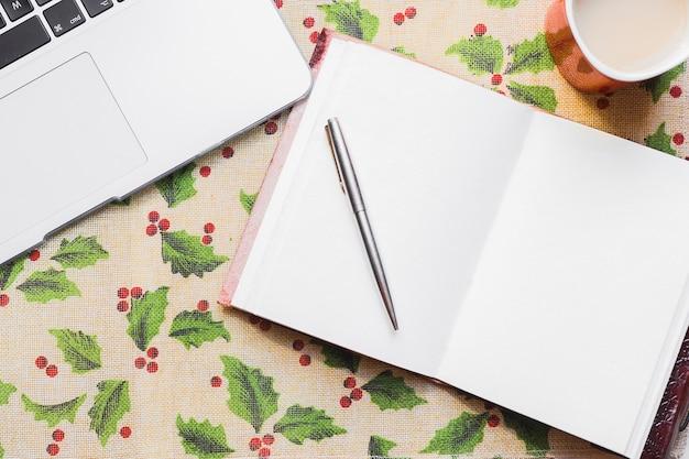 ラップトップと開いている本とクリスマスの背景