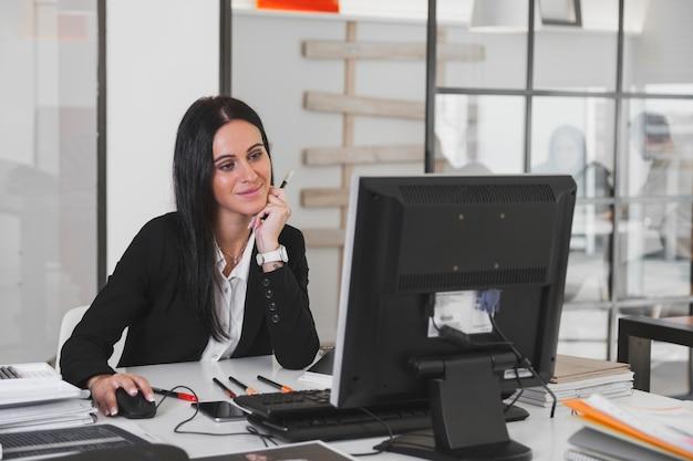 コンピュータで笑顔の女性