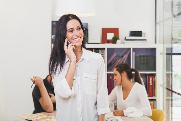 スマートフォンと通信する明るい若い女性