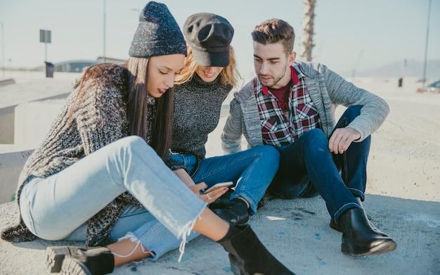 Друзья, сидящие на бетонных блоках