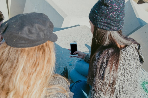 Девушки со смартфоном