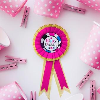 誕生日のメダルとピンクのパーティー用品