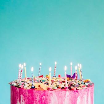 ターコイズブルーの背景に作物ケーキ