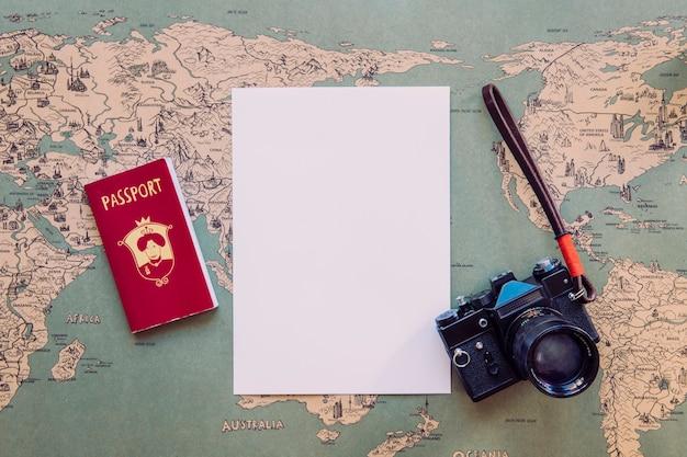 Бумага и камера с паспортом на карте