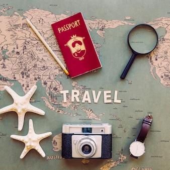 観光用品と地図上の旅行記