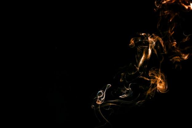 明るいオレンジ色の煙
