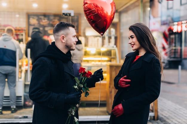 女の子のために贈り物をする愛する男