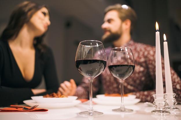 ろうそくで夕食を楽しむ愛する人