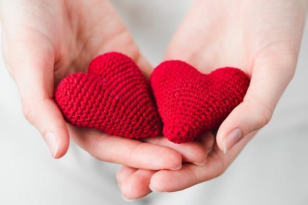 Крупным планом руки с сердечками