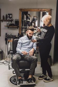 女性、化粧品を顧客に押しつける