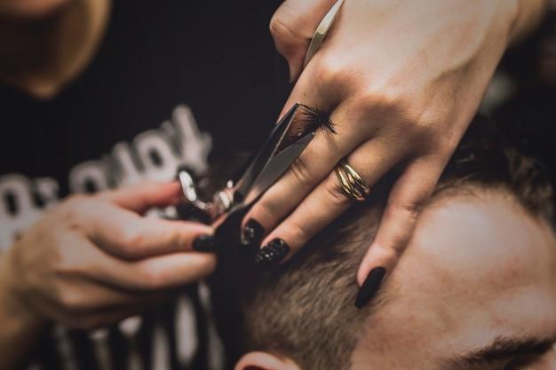 男の認識できない理髪師の毛