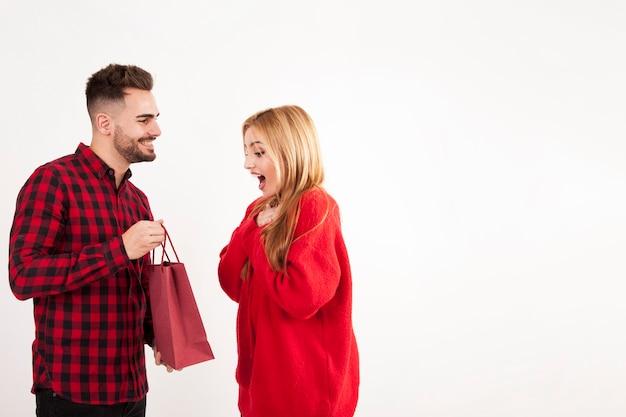 男からの贈り物を受け取る感情的な女性
