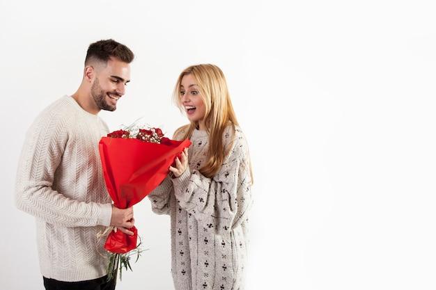 女性に花束を与える男