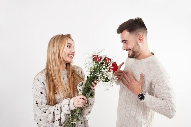 花を男に与える素敵な女性