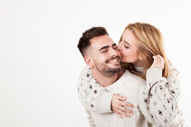 Женщина целовать улыбающийся человек