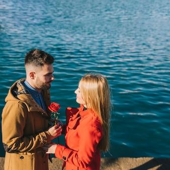 Романтический мужчина дает розы подруге