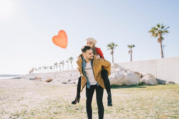 晴れた海岸線の愛するカップル