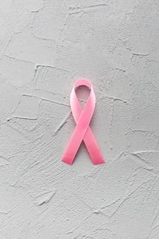 Крупным планом розовая лента на гипсе