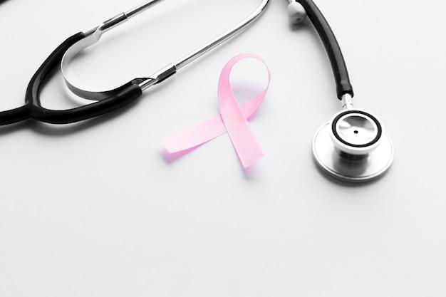Черный стетоскоп и розовая лента