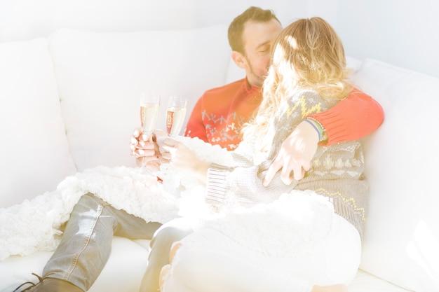 Пара с поцелуем шампанского