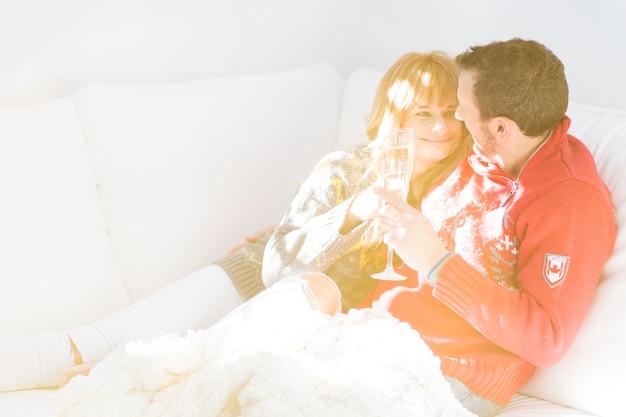 Пара с шампанским на диване