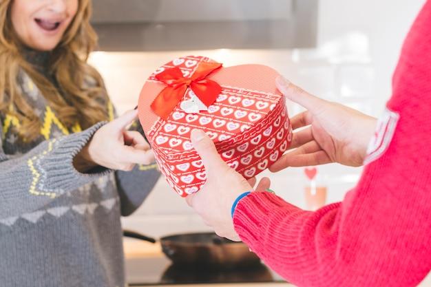 ガールフレンドに贈り物の心臓箱