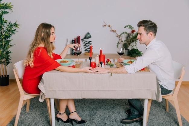 ロマンチックな夕食を食べる恋人カップル