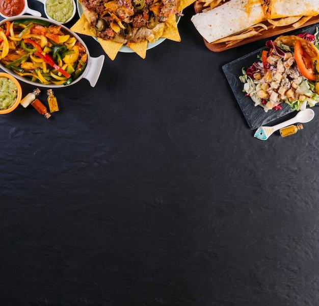黒の背景にメキシカン料理