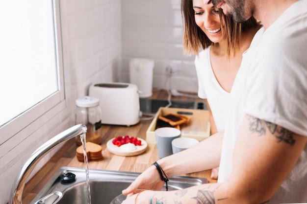 カップルは一緒に皿を洗う