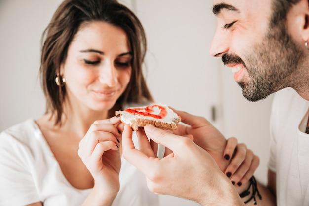朝のトーストを持つロマンチックなカップル