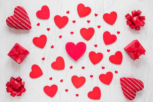 Подарки и луки вокруг сердец