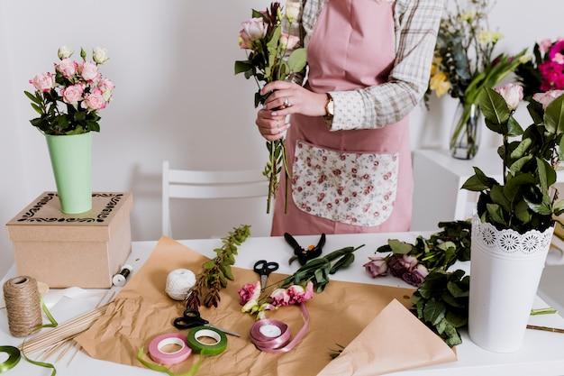 Женщина урожай, делая букет цветов