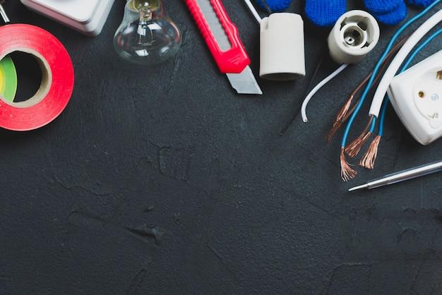 テーブル上の電線と器具