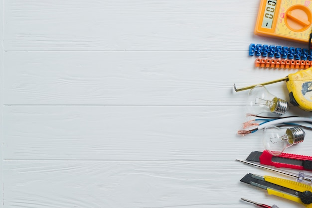 ホワイトテーブル上の電気工具および装置