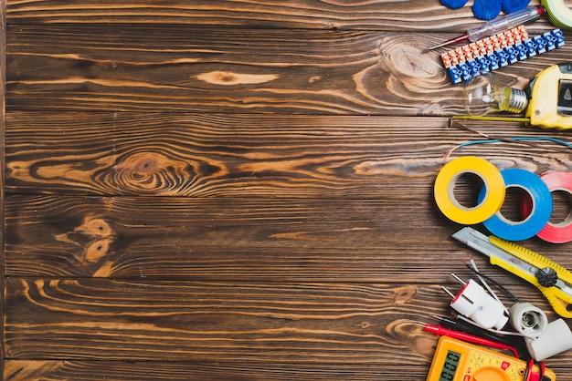 木製テーブル上の電子修理器具