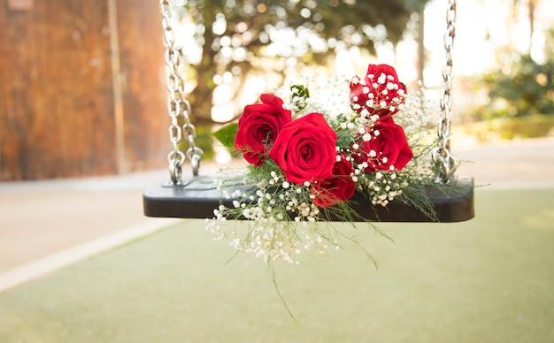 Романтический букет на качелях в парке