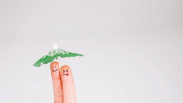 傘の下に顔を持つ指