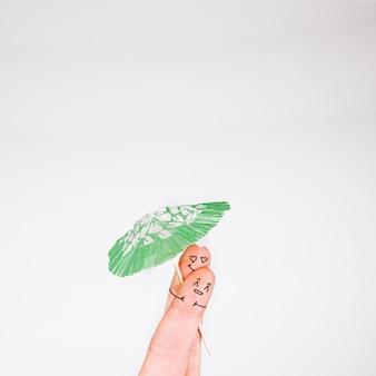 指を傘で包む