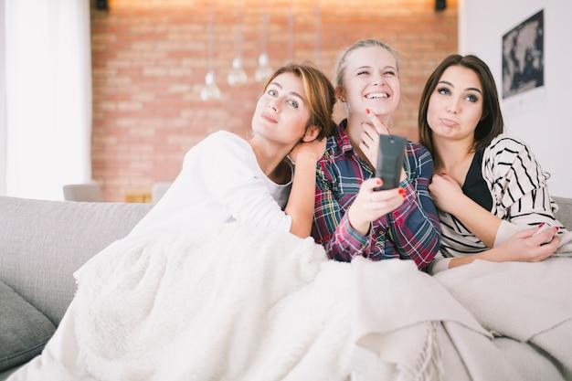 一緒にテレビを楽しむコンテンツ女性