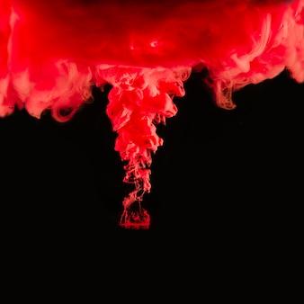 赤い塗料のドリブル