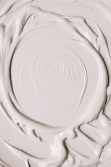 ストローク中の白い塗料の光沢のある表面