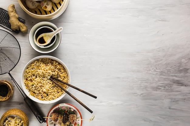 木材卓上の麺と醤油