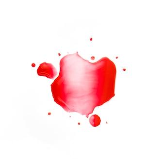 紙の上に小さな赤い染み